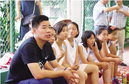 连续十年,他指导的篮球队蝉联全区冠军 ——记城东小学女子篮球队教练郑锡洵