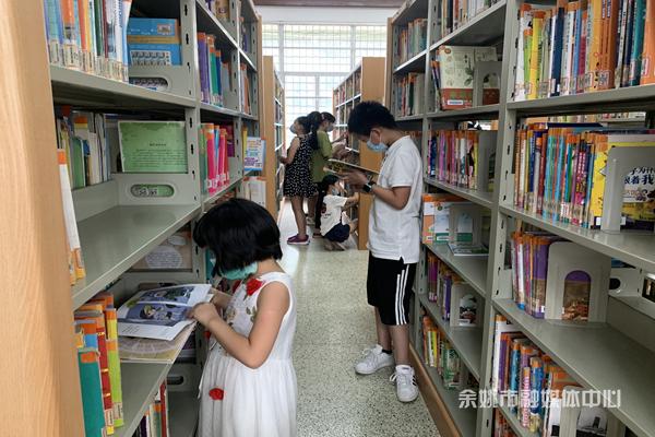 书香过暑假    图书馆里人气旺