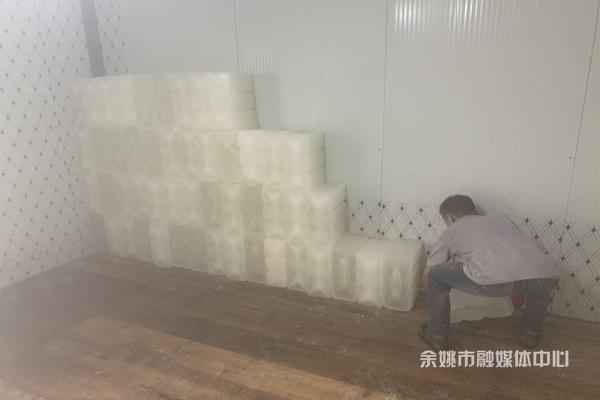 制冰厂生意火爆     一天卖冰块近百吨