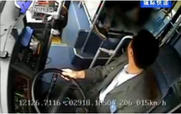 公交司机紧急救助事故伤员