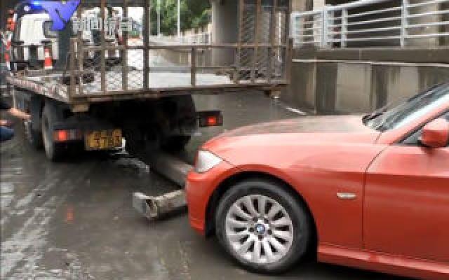 台风过后我市部分路段积水严重 多辆私家车被淹