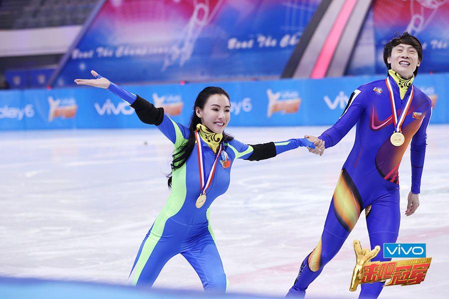 张柏芝与佟健一同滑冰庆祝赢得冠军.jpg