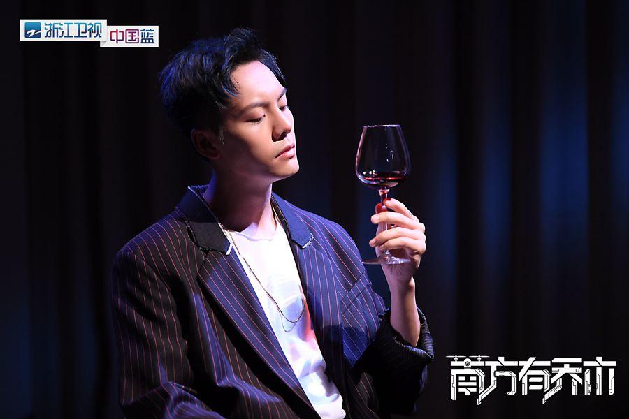 4陈伟霆手举红酒有所思.jpg