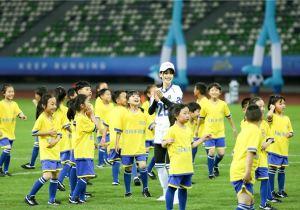 菲戈儿童节《奔跑吧》挑战300位足球少年 跑男团温柔发挥被赞有爱