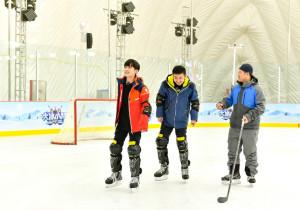 《大冰小将》易烊千玺雷佳音滑冰变企鹅一步一颤 网友:仿佛看见了自己