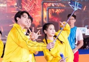 《奔跑吧》发布会李晨被朱亚文秒撕 郑恺、宋雨琦与大庆工人舞力全开