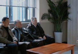 三叉戟又被领导批评了,三个人排排坐的画面太搞笑……