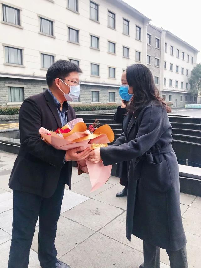"""""""万朵鲜花送雷锋""""活动10岁啦!今年""""云送花""""致敬最美战疫人"""