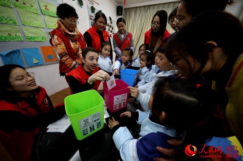 12月4日,在湖城仁皇山街道新时代文明实践所,来自美国的教师志愿者伍尔索恩正在与孩子们进行垃圾分类趣味互动。(吴建勋/摄)