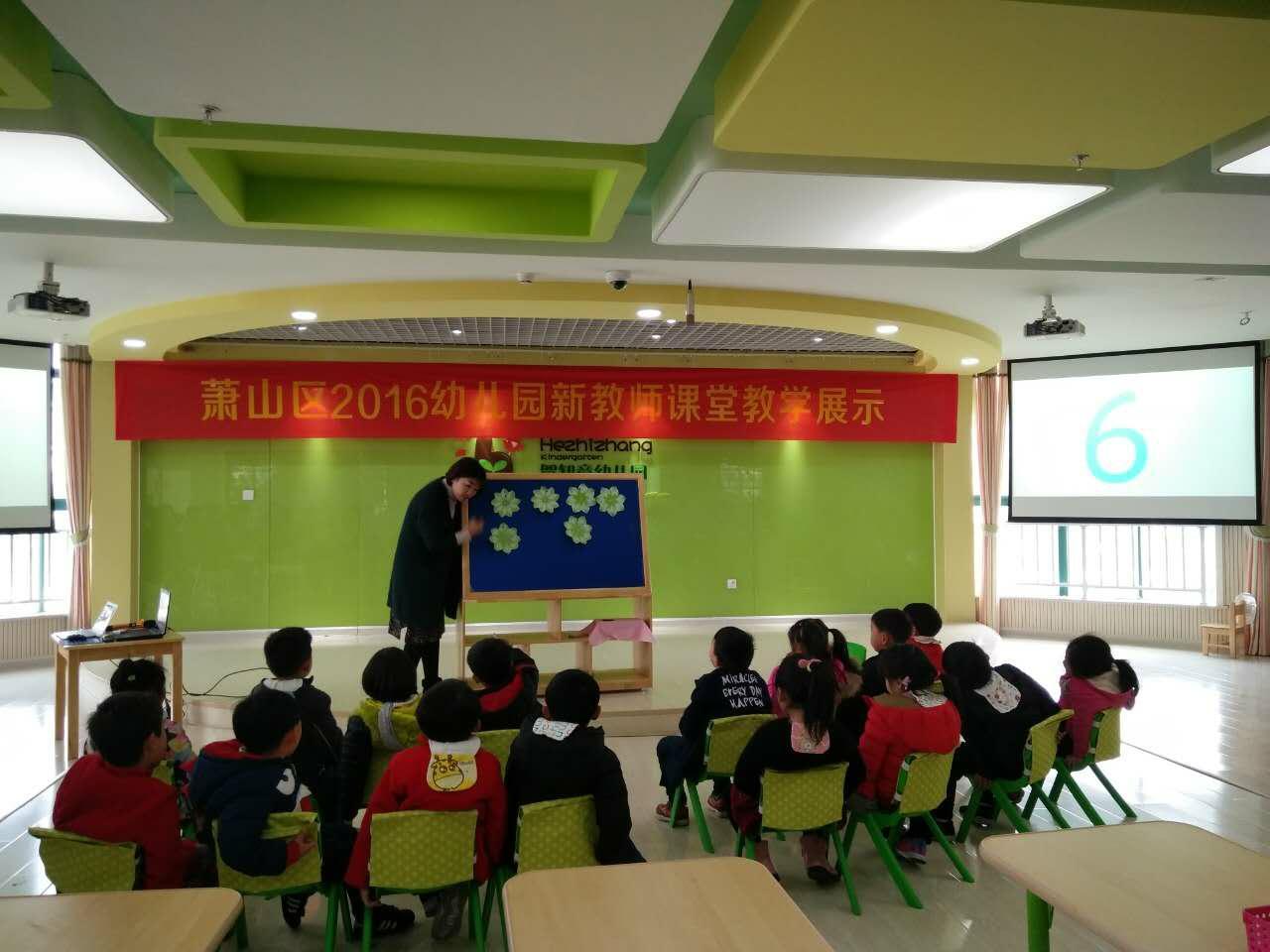 學員評課 餐后,區教研室副主任俞春云老師與學員們分享了《如何進行幼兒園集體教學活動的設計和組織》,她指出教學活動的設計要從三方面出發:主題目標,從理解主題說明、主題背景、編寫意圖出發設定主題目標;領域特點,基于領域內活動的內在結構,制定相應的課程設計;以兒童的年齡特點為依據,合理調配教學活動的重難點。結合實例,俞主任對這次新教師匯報課活動進行剖析、總結,充分肯定了新教師課堂教學中的亮點、閃光點,同時也針對新教師課堂中存在的不足之處給予指出、改正,耐心地幫助老師們解決在課堂中遇到的問題,精練地提出了自己的