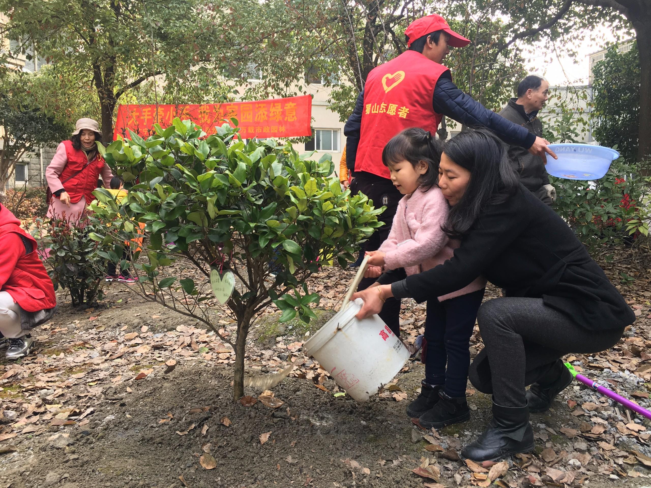 """广宁社区开展""""大手牵小手亲子植树""""活动"""