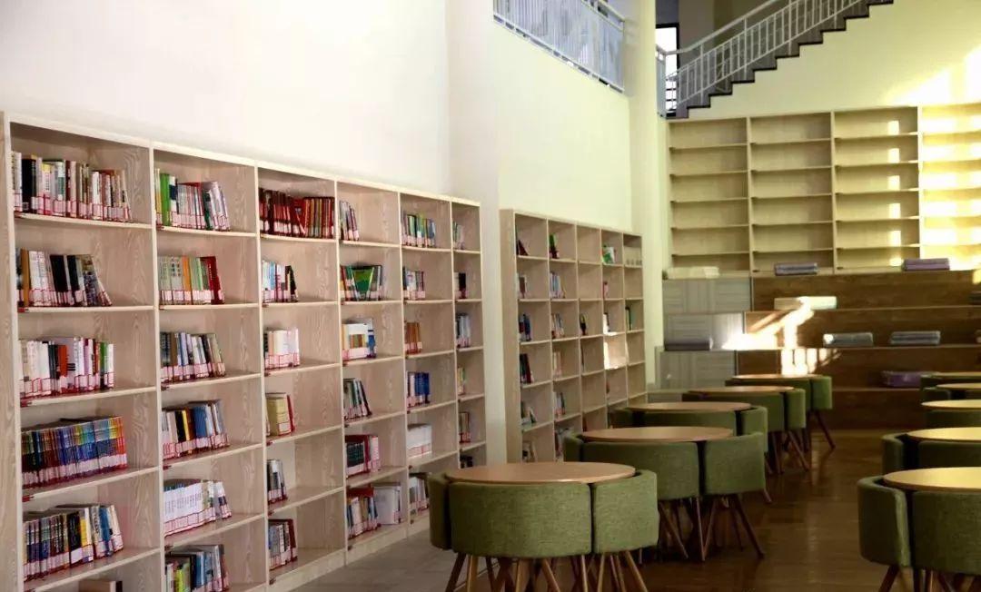这是一所高颜值的图书馆 室内装修优雅有格调,阅读区以绿色和原木色