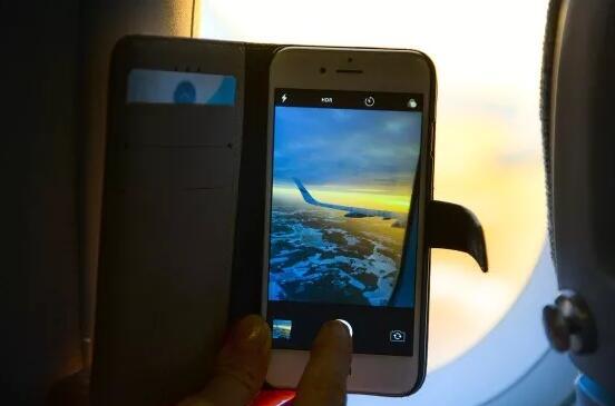 飞机上也可以玩手机了 以往搭乘飞机冲上蓝天的时候,面对秀美山河、斑斓世界,总忍不住想要用手机拍下来,但是飞机上不能开机。今后飞机上也可以玩手机了! 记者从厦门航空公司获悉,1月19日开始,乘坐厦航所有航班的旅客,均可在空中继续使用手机。 此外,东航、海航等航空公司也于近日宣布放开机上手机使用限制。 飞机上可以玩手机 但需打开飞行模式 19日零时起,厦航旅客可在飞行全程中使用具有飞行模式的移动电话(智能手机)和规定尺寸内(长宽高三边之和不超过31cm)的便携式电脑或平板电脑、电子书、视/音频播放机和电子游
