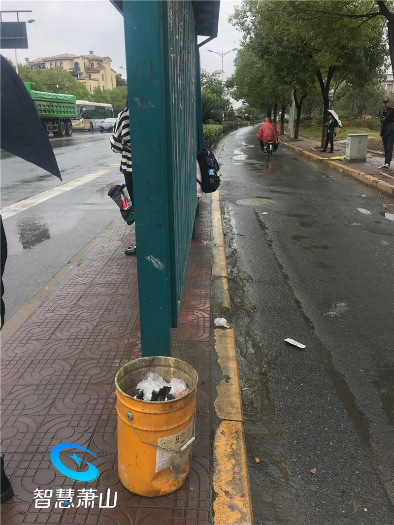 公交站點經常垃圾遍地 市民盼加裝垃圾桶
