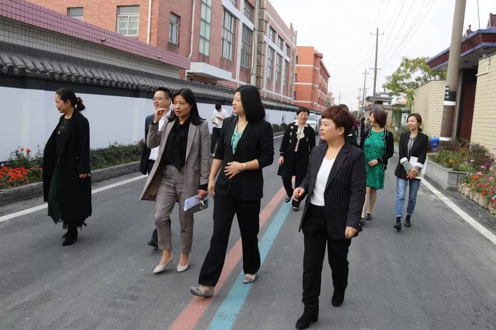 杭州市妇联副主席丁立燕一行来靖
