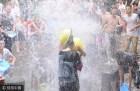 成都上萬游客古鎮打水仗 盡享夏日清涼
