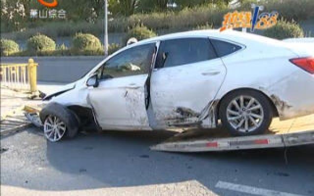 今早風情大道上同向行駛的兩輛小轎車發生車禍