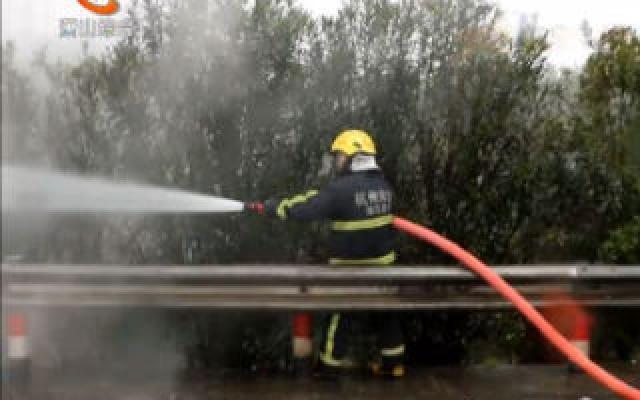 水泥槽罐車后輪爆裂起火