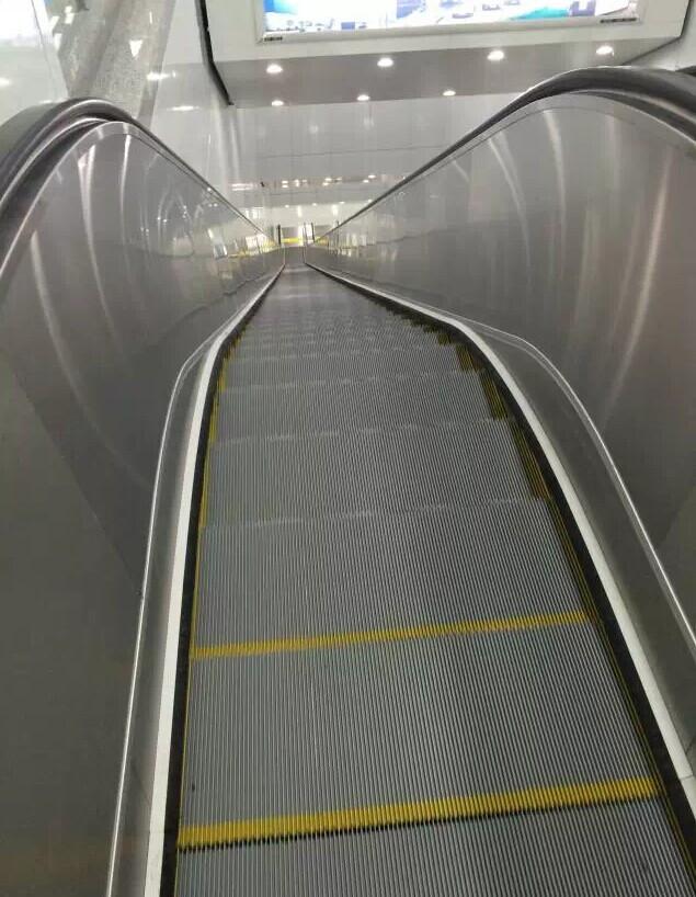 地铁新风站的自动扶梯 为什么这么陡这么长? 看到这里,估计很多人会和我一样有疑问:为什么新风站要挖得这么深(注:整个车站深33米,比一般地铁站还深10多米)?电梯要这么高这么长? 杭州市地铁集团说,设这么长的电梯,实在是不得已而为之。 因为新风站的下一个站点就是火车东站站,火车东站站是地铁1号线和4号线的换乘站,4号线的两条轨道在中间,1号线的两条轨道在外侧,这也意味着,从新风站延伸过去的两条轨道必须要从1号线的东侧轨道下穿过去,才能爬到中间。 而新风站到火车东站的这段隧道,刚好位于火车东站的西广场下