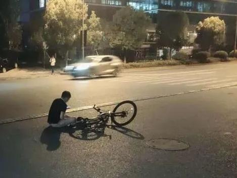 昨晚,有人被出租車撞倒在地,多虧了他......