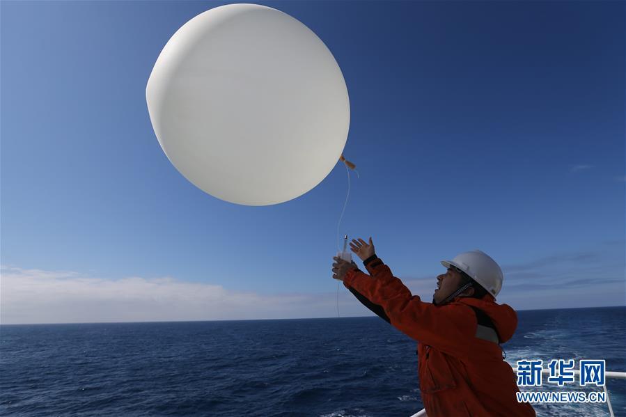 """(""""雪龙""""探南极·图文互动)(1)""""雪龙2""""号释放首个探空气球"""